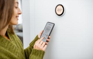 Frau mit Lüftung im Smart Home