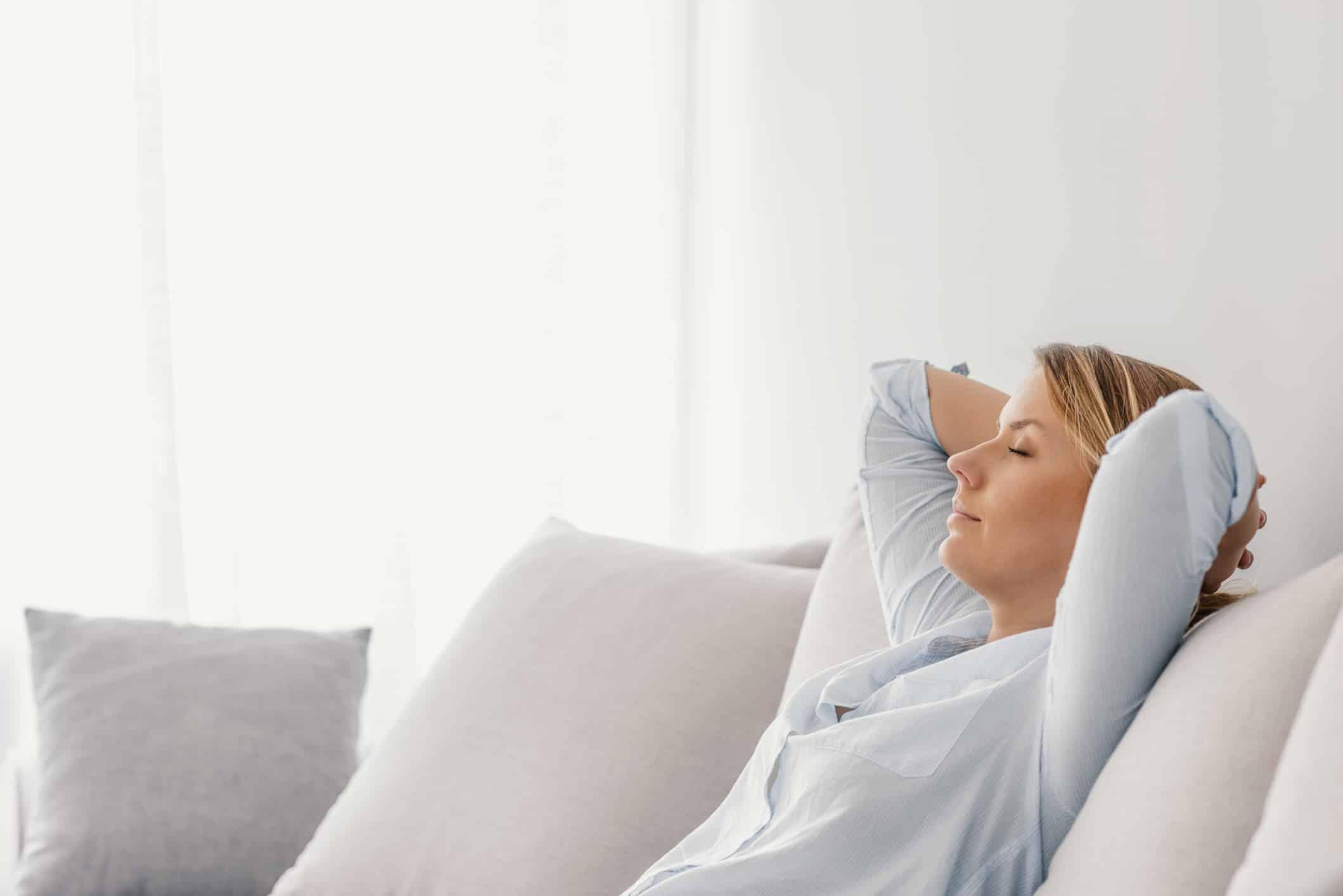 Frau auf Sofa entspannt